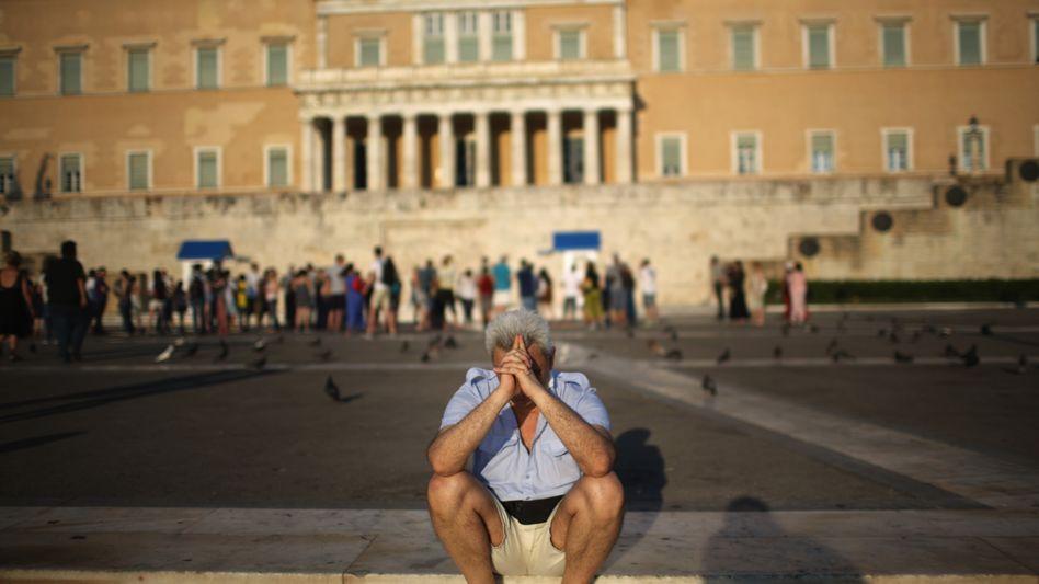 Passant vor dem Parlamentsgebäude in Athen: Schuldenerleichterungen nötig
