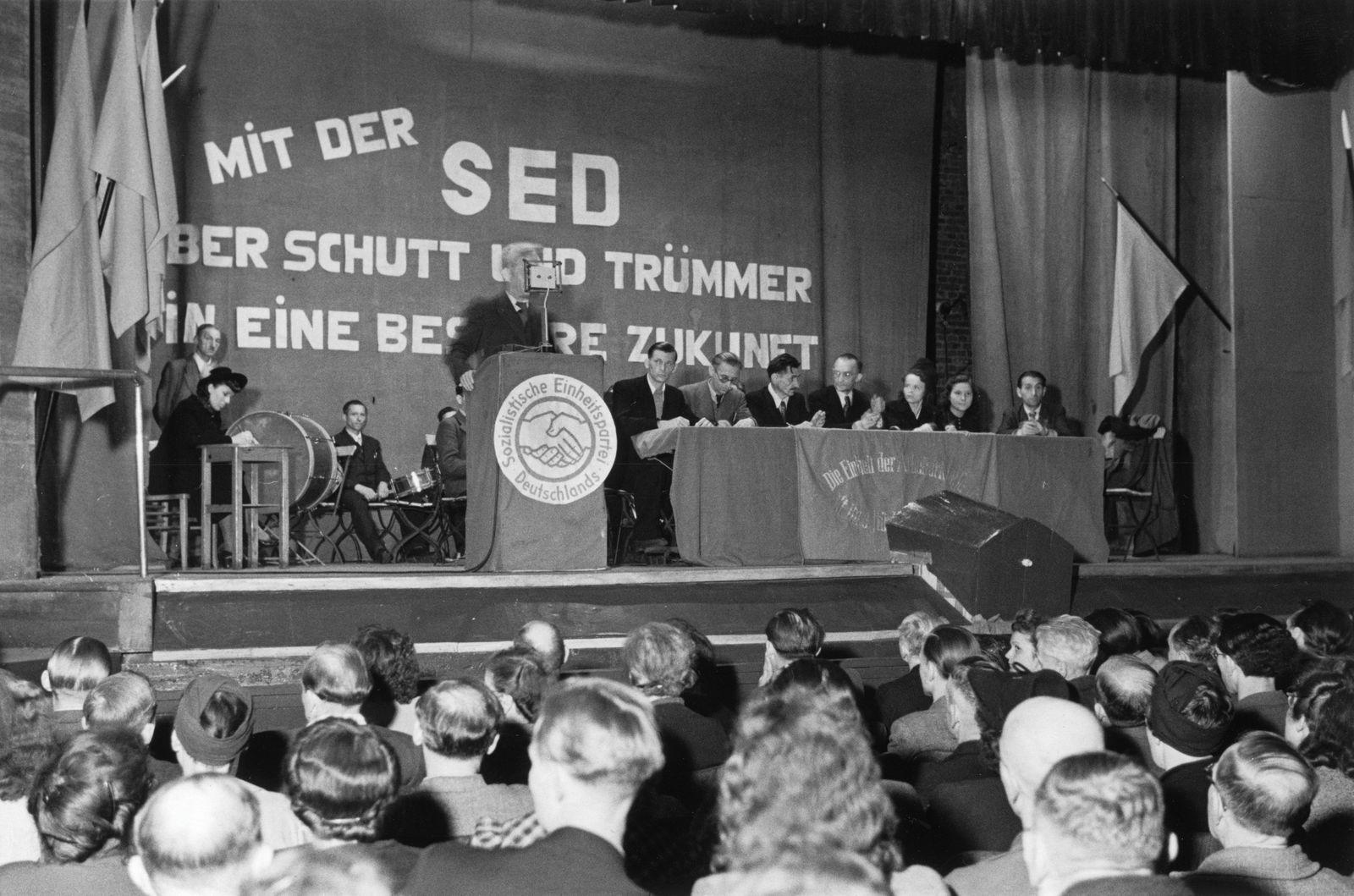 1. Parteiversammlung der SED Berlin-Prenzlauer Berg, am Rednerpult: Hermann Matern