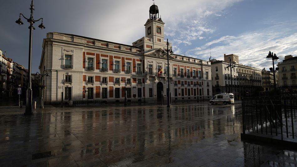 Der Platz Puerta del Solin Madrid während des Lockdowns in Spanien (Aufnahme vom 19. April)