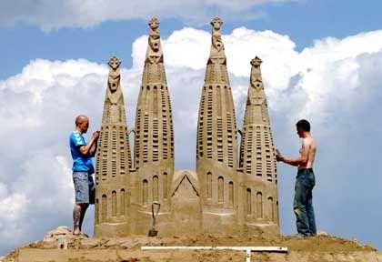 Sandworld 2004: Zwei Skulpteure modellieren Gaudi-Kathedrale aus Barcelona