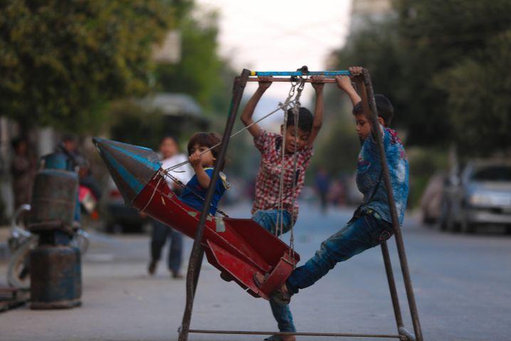 Blindgänger als Schaukel: Syrische Kinder spielen im Krieg