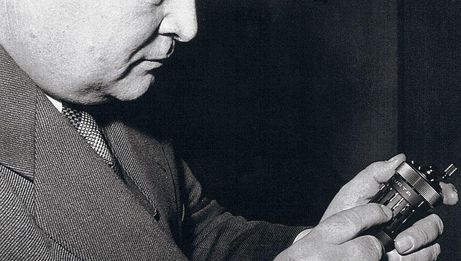 Erfinder Herzstark mit Rechenmaschine »Curta« 1952