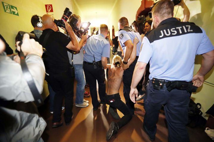 Femen-Protest im Amtsgericht Berlin am 27. Juni