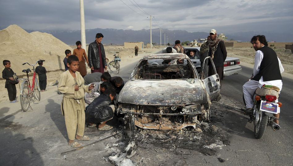 Ein ausgebranntes Auto in Afghanistan: Mehr als 1300 Zivilisten wurden im ersten Halbjahr 2019 getötet