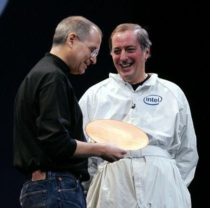 """Schlecht gekleidete, aber umjubelte Firmenbosse: Steve Jobs und Paul Otellini erfreuen sich an einer """"Waffel"""" von Intel"""