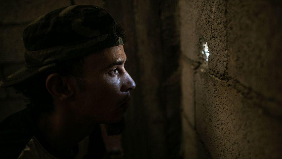 Ungewisse Aussichten: Ein Kämpfer der international anerkannten, aber letztlich auch nur auf Milizen gestützten libyschen Regierung in Tripolis beobachtet das Kampfgeschehen gegen die Truppen des abtrünnigen Generals Khalifa Haftar