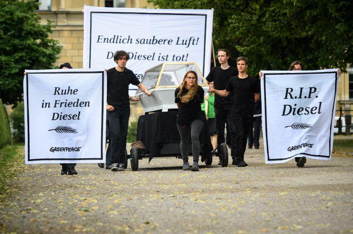 Protestaktion von Greenpeace-Aktivisten während des Treffens in München