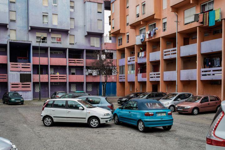Hinterhof in Chelas: Der Stadtteil auf dem Hügel über Lissabon galt lange Zeit als Getto, um ihn aufzuwerten, wurden manche Häuser nachträglich bunt gestrichen