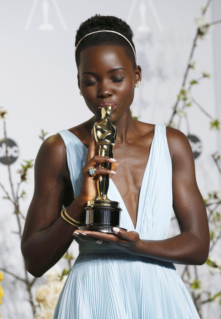 Beste Nebendarstellerin: Lupita Nyong'o küsst ihren Goldjungen