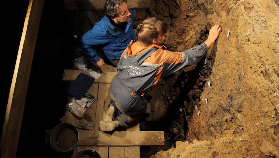 Forscher bei Arbeiten in der Denisova-Höhle