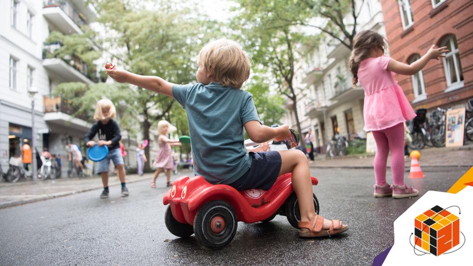 Autofrei: Kinder spielen auf einer temporären Spielstraße in Berlin