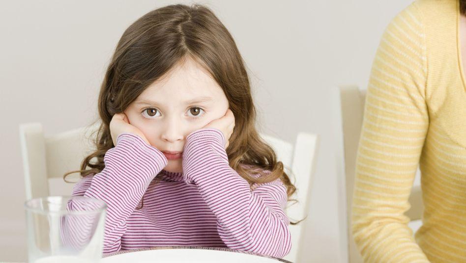 Mädchen bei Tisch (Symbolbild): Kein Brot, kein Obst, nicht mal Schokoladenpudding