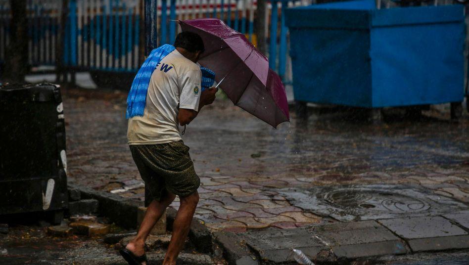 """Ein Mann während des Wirbelsturms """"Amphan"""" im indischen Kolkata"""