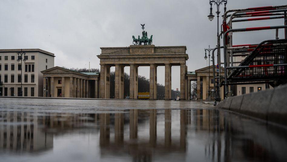 Auch am Brandenburger Tor in Berlin bleibt es überwiegend grau und nass (Archivfoto)
