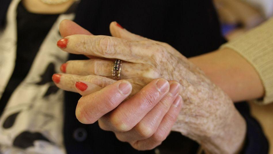 Senioren im Altenheim: Mit der wachsenden Zahl von Demenz-Fällen nimmt auch die Zahl Pflegebedürftiger weiter zu
