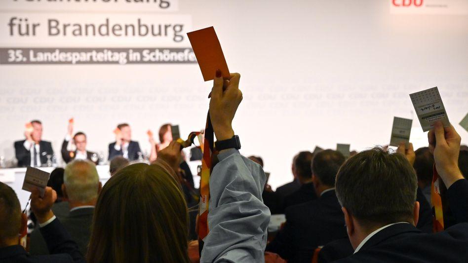 Sie wollen die Verantwortung: Delegierte stimmen beim Parteitag der Brandenburger CDU über die Tagesordnung ab