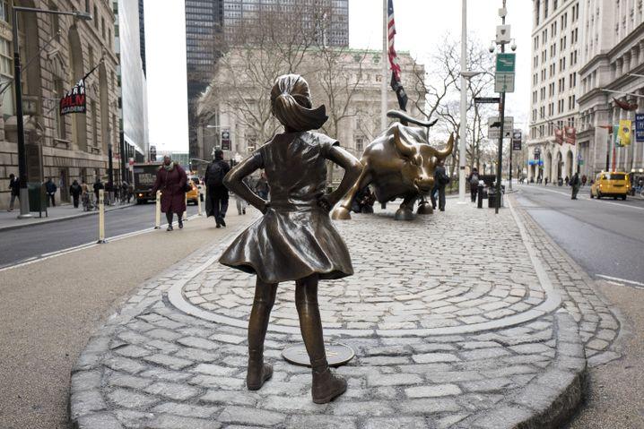 """""""Fearless Girl"""" und """"Charging Bull"""" (hinten)"""