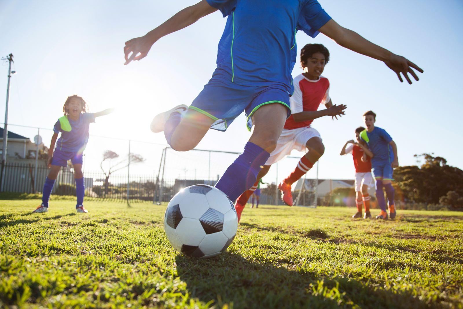 EINMALIGE VERWENDUNG Jugendliche spielen Fußball