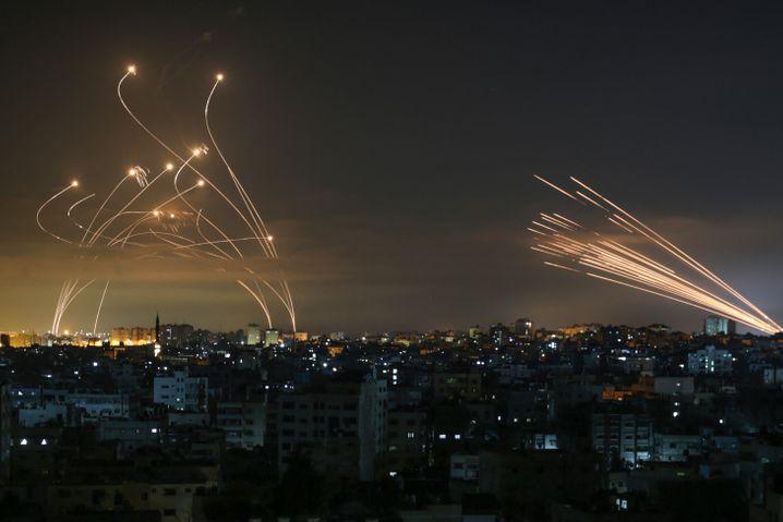 Zig Raketen gleichzeitig fliegen aus dem nördlichen Gazastreifen Richtung Israel