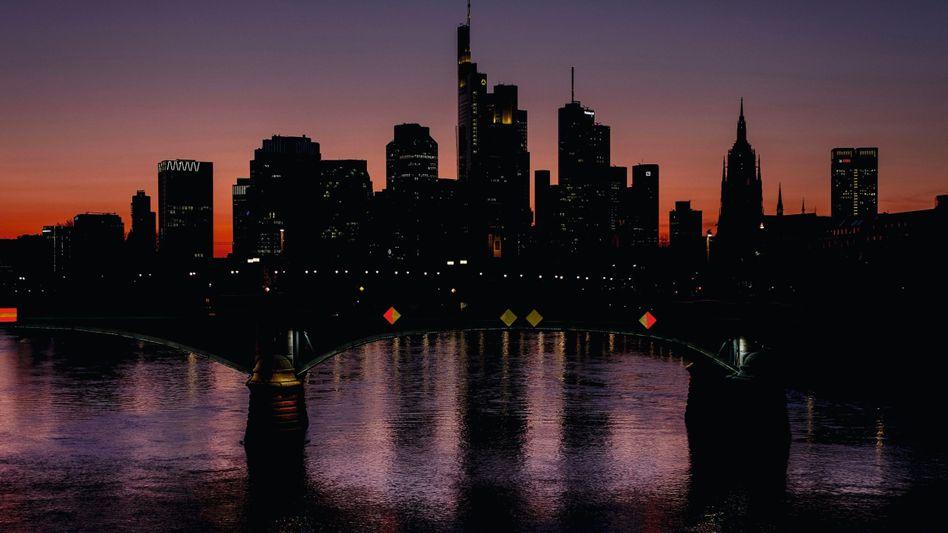 Skyline von Frankfurt am Main: Reicht es, die verschärften Maßnahmen bis Ostern in Kraft zu lassen?