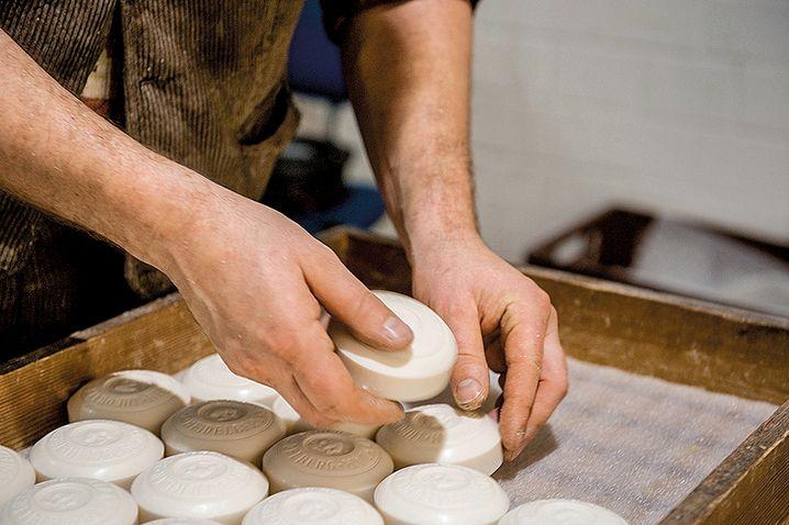 Klar Seifen: Das Heidelberger Unternehmen besteht seit 1840. Neben traditionellen Seifenstücken werden dort auch andere Kosmetikprodukte hergestellt