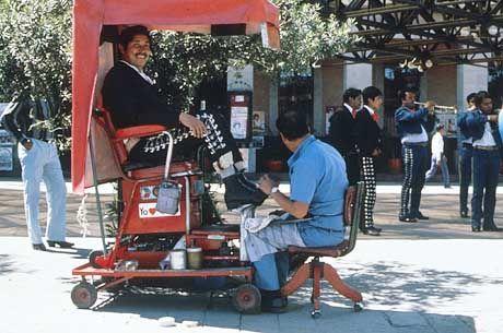 Mobiles Gewerbe: Passanten können sich in Mexico-City für ein paar Pesos die Schuhe polieren lassen