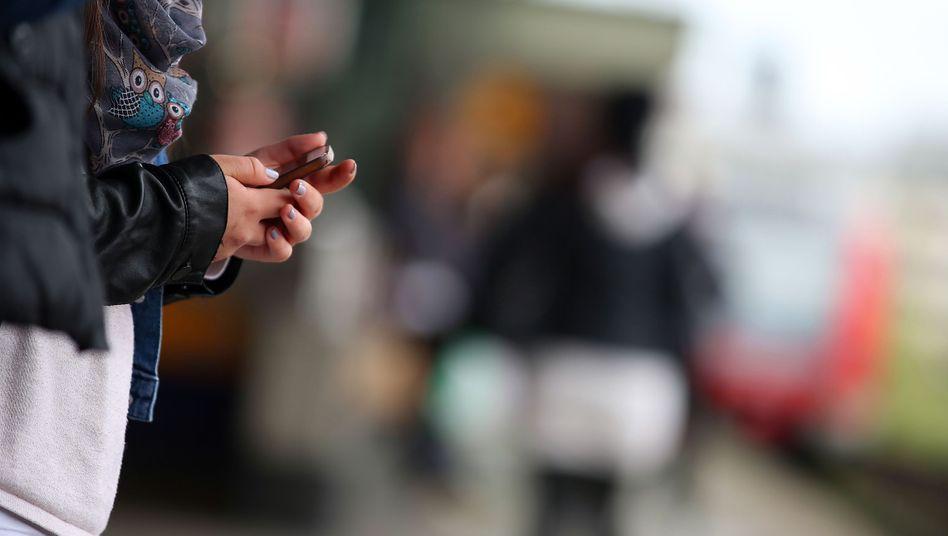 """Warten am Bahnhof: In """"Füllzeiten"""" wird das Smartphone herausgezogen"""