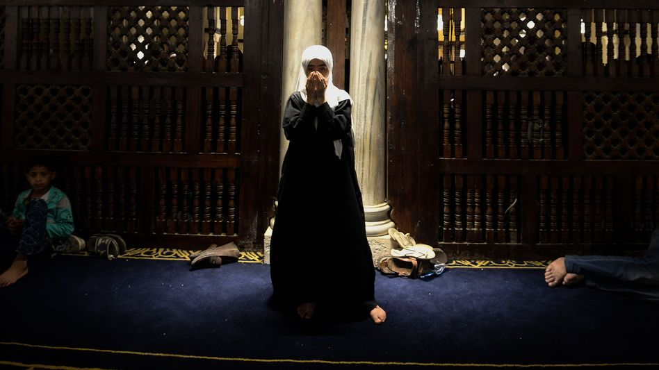 Frau beim Abendgebet in Kairo