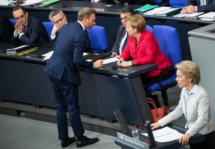 Nach dem Aus begrüßt Lindner im Bundestag die Kanzlerin