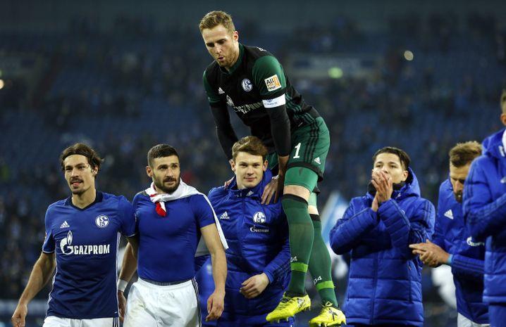 Auch Ralf Fährmann (oben) schien für Alexander Nübel (unten) anfangs eine Nummer zu groß - später löste er ihn im Schalker Tor ab