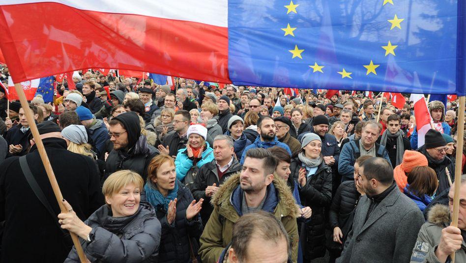 Regierungskritische Demonstranten in Warschau (im Dezember): Druck aus der EU