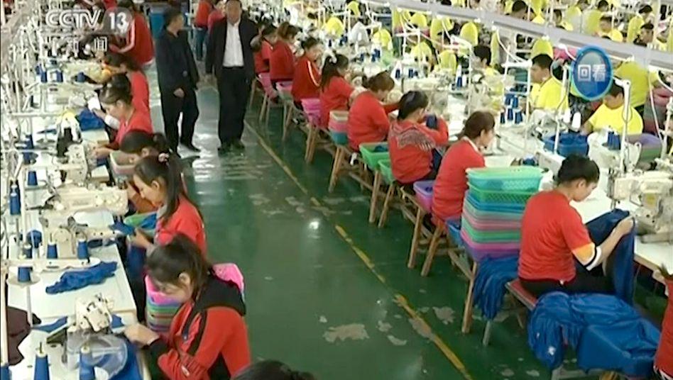 Arbeiter in einem chinesischen Internierungslager: Welche Rolle spielen ausländische Textilkonzerne?