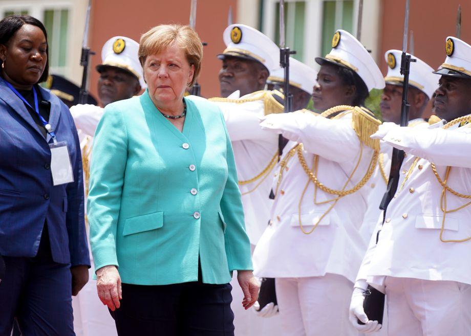 Angela Merkel (CDU) wird mit militärischen Ehren in Luanda empfangen