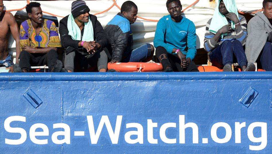 "Flüchtlinge an Bord der ""Sea-Watch 3"" (Archivfoto vom 27. Januar 2019)"