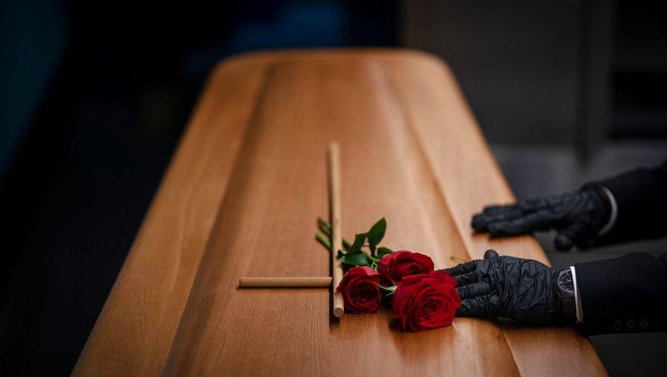 Sarg für an Covid-19 Verstorbenen in Girona (Spanien)