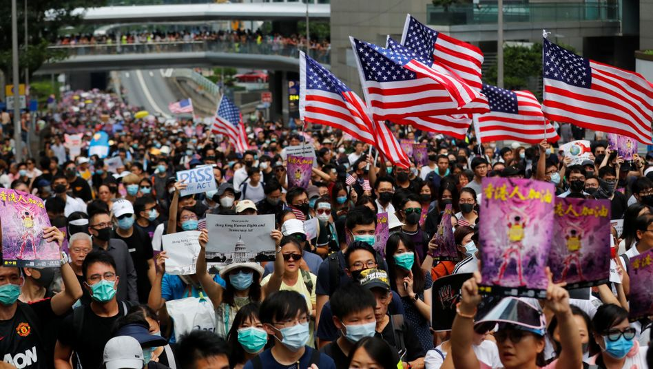 Demonstranten mit US-Flaggen in Hongkong (Archivaufnahme)