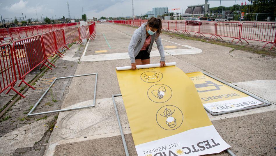 Bau eines Testzentrums im Osten von Antwerpen: Marke von 50 Fällen pro 100.000 Einwohner innerhalb von sieben Tagen überschritten