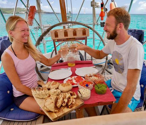 Romina Mikoteit, 37, und Martin Geißler, 36: Die Hamburger sind im Juni 2017 in ihrer Heimatstadt losgesegelt, an der Nordseeküste entlang, dann gen Süden nach Marokko, zu den Kanaren, Kapverden und über den Atlantik in die Karibik.