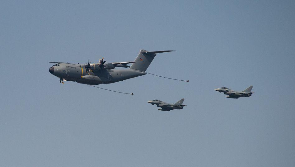 Versorgungsflugzeug vor zwei Eurofighter Kampfjets (Symbolbild)