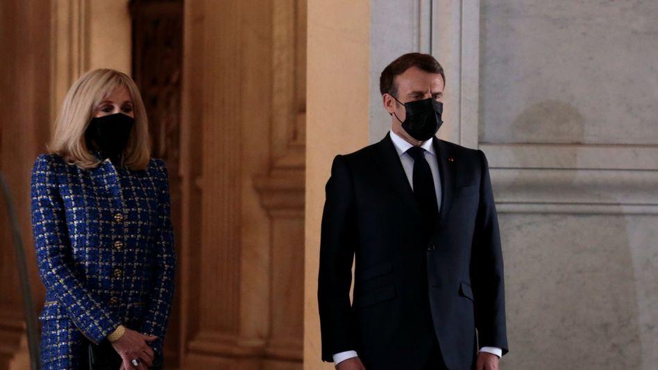 Frankreichs Präsident Emmanuel Macron und seine Frau Brigitte vor dem Prunkgrab Napoleons
