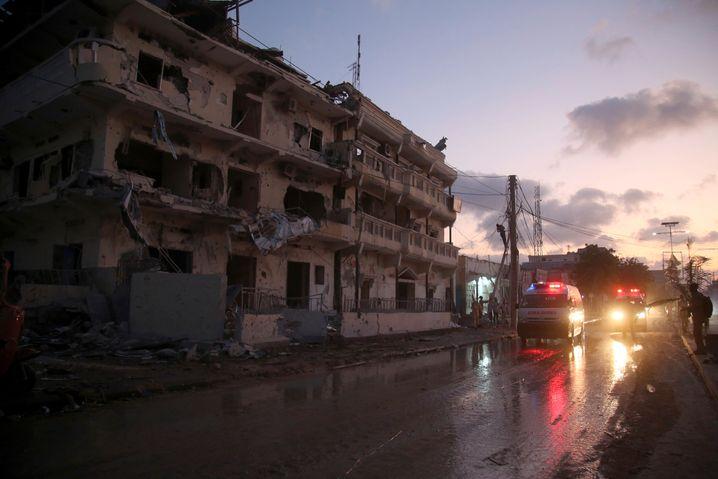 Immer wieder verübt die Schabab-Miliz Anschläge, auch in der Hauptstadt Mogadischu. Zwar kontrolliert die Regierung inzwischen die urbanen Zentren, auf dem Land haben aber oft die Islamisten das Sagen