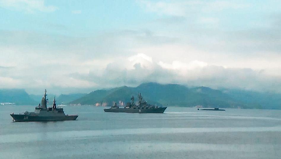 Russische Kriegsschiffe bei einem Manöver in der Beringsee
