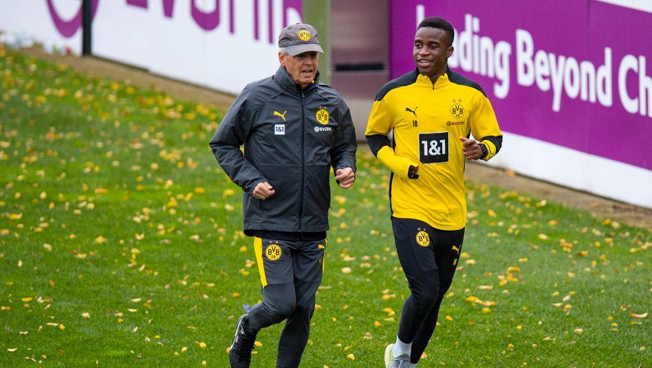Trainiert bereits bei den Profis: Youssoufa Moukoko (rechts) mit BVB-Trainer Lucien Favre