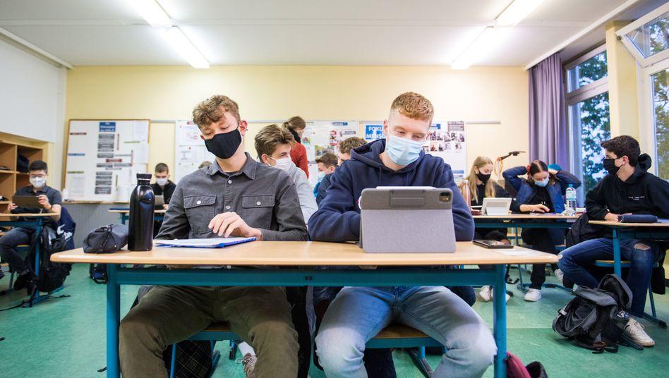 Mit Maske, aber doch dicht an dicht sitzen diese Schüler im Unterricht an einer Hamburger Stadtteilschule
