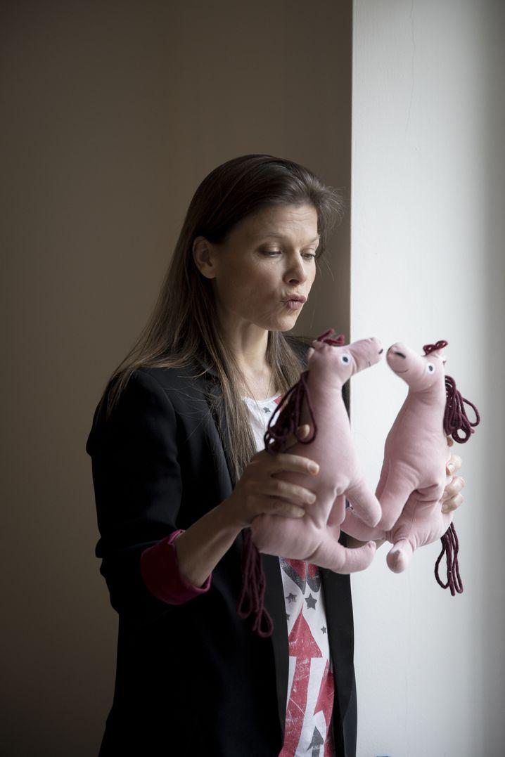 Genderaktivistin Schmiedel: Rosa für Mädchen, Hellblau für Jungs? Ein Verlust an Freiheit, findet sie. Auch ein Junge soll sein rosa Pony lieben dürfen, ohne dass ihn der halbe Kindergarten mobbt.