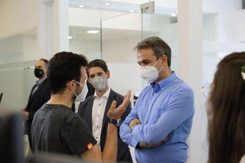Mitsotakis im Gespräch mit Teamviewer-Mitarbeitern im Büro in Ioannina