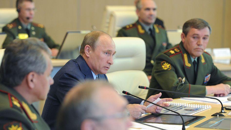 Präsident Putin mit Verteidigungsminister Schoigu (l.) und Generalstabschef Gerassimow (r., Archivbild): Moskau spricht von neuer westlicher Aggression