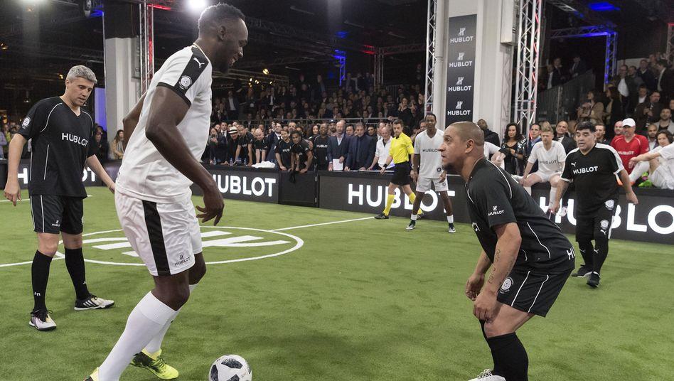 Usain Bolt (links) bei einem Freundschaftsspiel in Basel