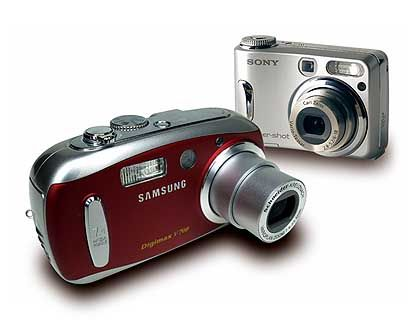 In drei Farben erhältlich: Samsung Digimax V700 (vorderes Modell)