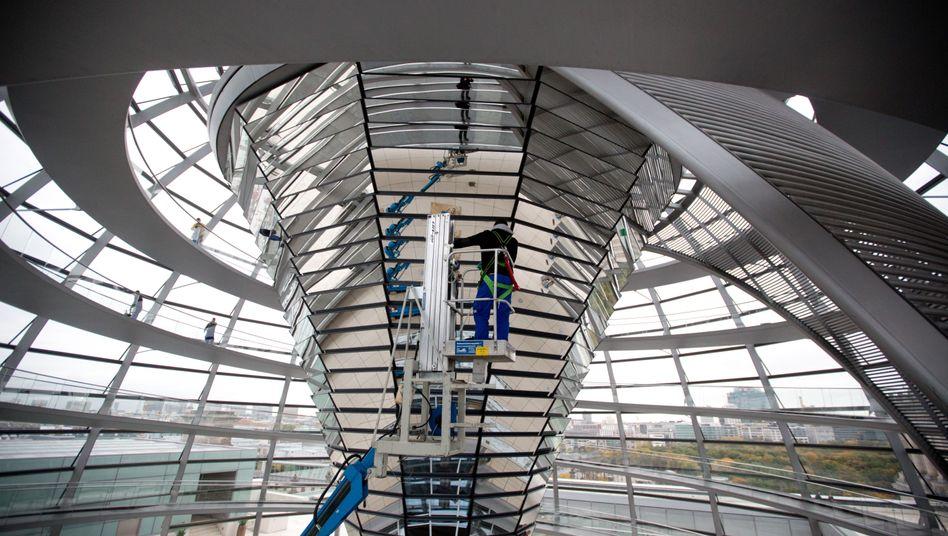 Reinigungskräfte in der Glaskuppel des Reichstages